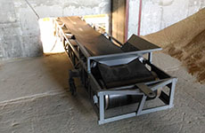 Mobile belt conveyor for unloading bulk products