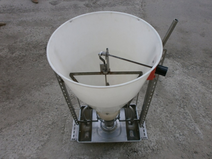 Photo 1: Double-sided feeder with feed wetting