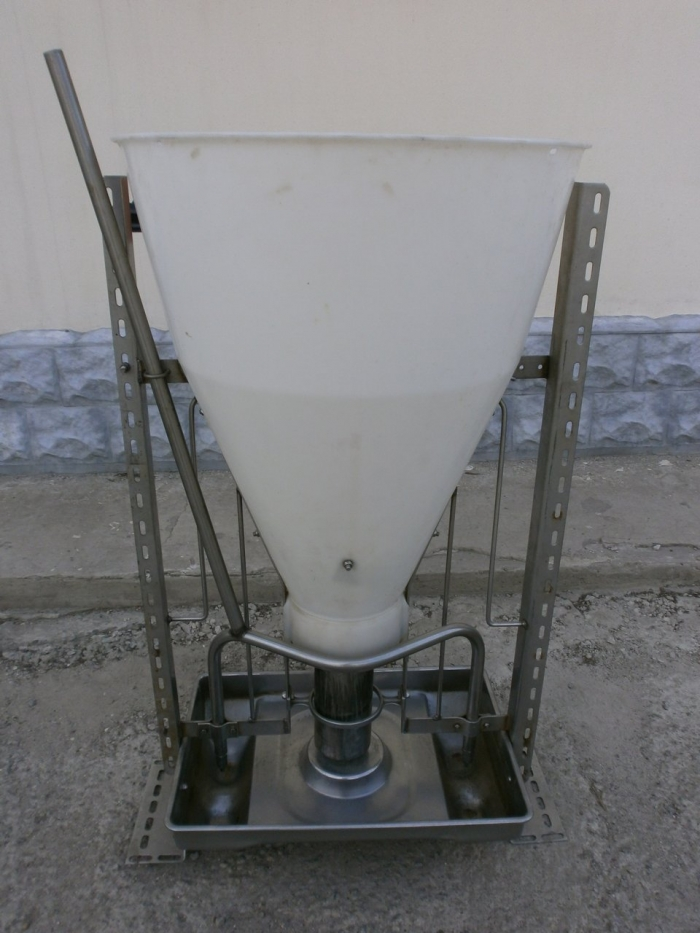 Photo 2: Double-sided feeder with feed wetting